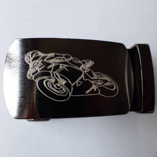 Boucle ovalisée brossée gravée motif moto
